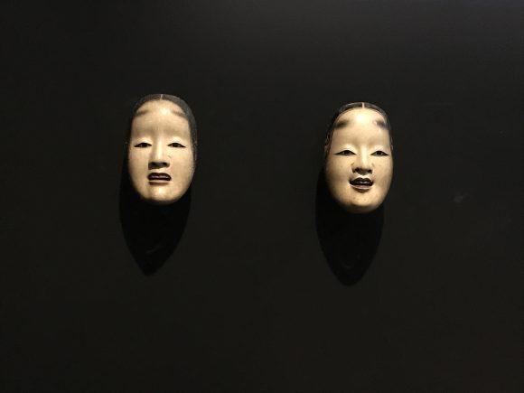 <p>Bild: (Rechts) Manbi, Nô-Maske einer jungen Frau; Japan, Edo-Zeit, 18. Jahrhundert; (Links) Deigan, Nô-Maske des Geistes einer Frau mittleren Alters; Japan, Mitte Edo-Zeit, 18. Jahrhundert; Courtesy Museum Rietberg Zürich, Foto: Iman Issa</p>