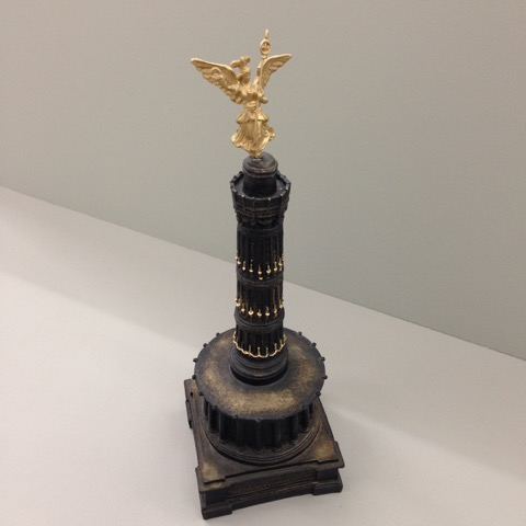 Aura Rosenberg, Siegessäule, 2003, Souvenirs on a pedestal, height: 24 cm, Price: 65 Euro
