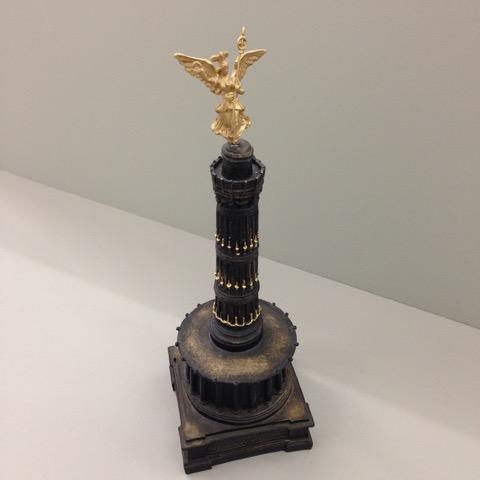 Aura Rosenberg, Siegessäule, 2003, Souvenir auf einem Podest, Höhe: 24 cm, Preis: 65 Euro