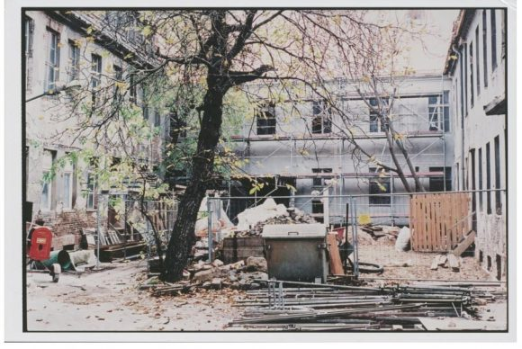 <p>Innenhof der Kunst-Werke Berlin, ca. 1996; Foto: Albrecht Grüß</p>