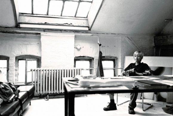 <p>Monica Bonvicini in ihrem Atelier in den Kunst-Werken Berlin, Courtesy Monica Bonvicini und VG Bild-Kunst, Bonn, Fotograf*in unbekannt</p>