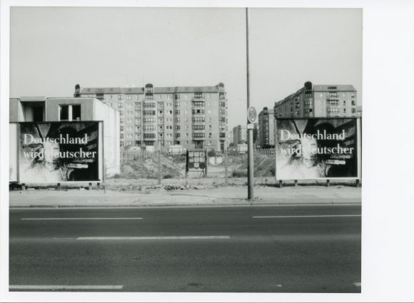 <p>Katharina Sieverding,<em> Deutschland wird deutscher</em>, 1993, im Rahmen der Ausstellung <em>Katharina Sieverding. Deutschland wird deutscher</em> der Kunst-Werke Berlin, 1993; Courtesy die Künstlerin; Foto: Jens Ziehe</p>