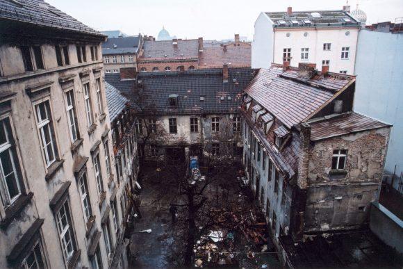 <p>Kunst-Werke Berlin vor der Renovierung, Berlin 1991; Foto: Uwe Walter</p>