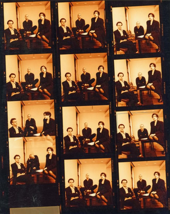 <p>Kontaktabzug einer Porträtreihe der Kurator*innen der 1. Berlin Biennale (v.l.n.r.): Hans Ulrich Obrist, Klaus Biesenbach, Nancy Spector, 1998, Fotos: Jens Ziehe</p>