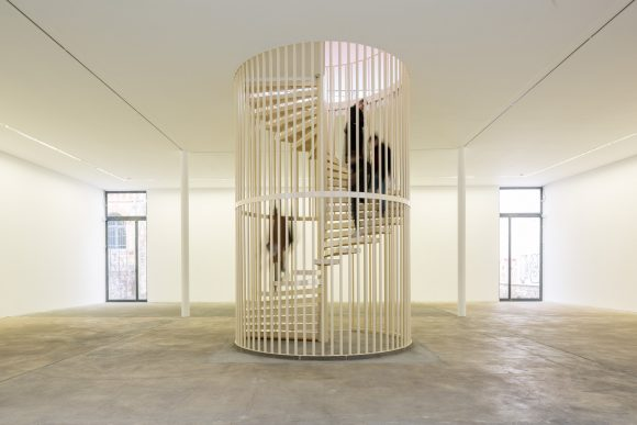 <p>Hanne Lippard, <em>Flesh</em>, 2016; Installationsansicht in den KW Institute for Contemporary Art; Courtesy die Künstlerin und LambdaLambdaLambda, Prishtina; Foto: Frank Sperling</p>