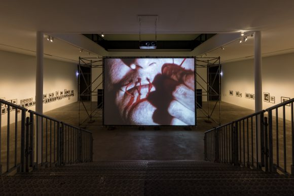 <p>David Wojnarowicz, <em>A Fire in My Belly</em>, 1986–1987, Standbild aus Super-8-Film, Installationsansicht der Ausstellung <em>David Wojnarowicz Photography & Film 1978–1992</em> in den KW Institute for Contemporary Art, Berlin 2019; Courtesy Electronic Arts Intermix (EAI), New York; Foto: Frank Sperling</p>