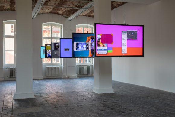 <p>Yazan Khalili, <em>Medusa</em>, 2020, Installationsansicht der Ausstellung <em>Mophradat's Consortium Commissions: Jasmina Metwaly & Yazan Khalili</em> in den KW Institute for Contemporary Art, Berlin 2020, Courtesy der Künstler und Mophradat, Foto: Frank Sperling</p>