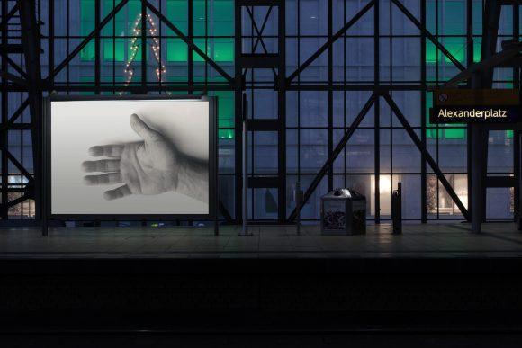 <p>Arbeit im öffentlichen Raum der Ausstellung <em>Félix Gonzáles-Torres</em>,Hamburger Bahnhof – Museum für Gegenwart – Berlin, Kurator: Frank Wagner /RealimusStudio / nGbK, Berlin 2006, Foto: Raluca Blidar</p>