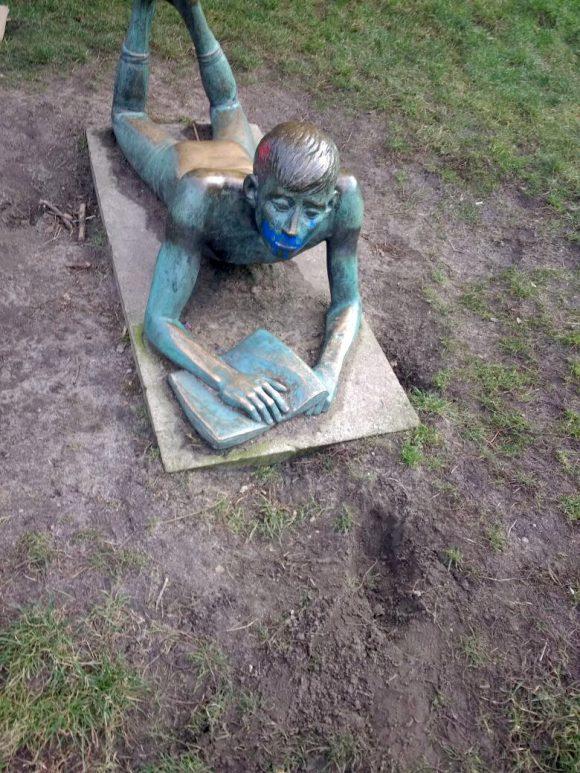 """<p>""""Kunst wird zum Bilderrahmen für andere Kunst (Graffiti). Die Statue erfüllt nicht mehr den (von der Stadt) vorgesehenen Zweck und ist so ein Ort des Gegen."""" (Mika Hoffmann, Projektteilnehmer)</p> <p></p> <p></p> <p>Künstlerische Leitung: Katharina Gerszewski</p> <p></p> <p><em>Gegen-Orte</em> ist ein Projekt der Kooperationspartner KW Institute for Contemporary Art und der Heinz-Brandt-Schule, Berlin-Weißensee und wird ermöglicht durch Mittel des Landesprogramms """"Kulturagenten für kreative Schulen Berlin"""" der DKJS sowie durch die Senatsverwaltung für Kultur und Europa.</p>"""