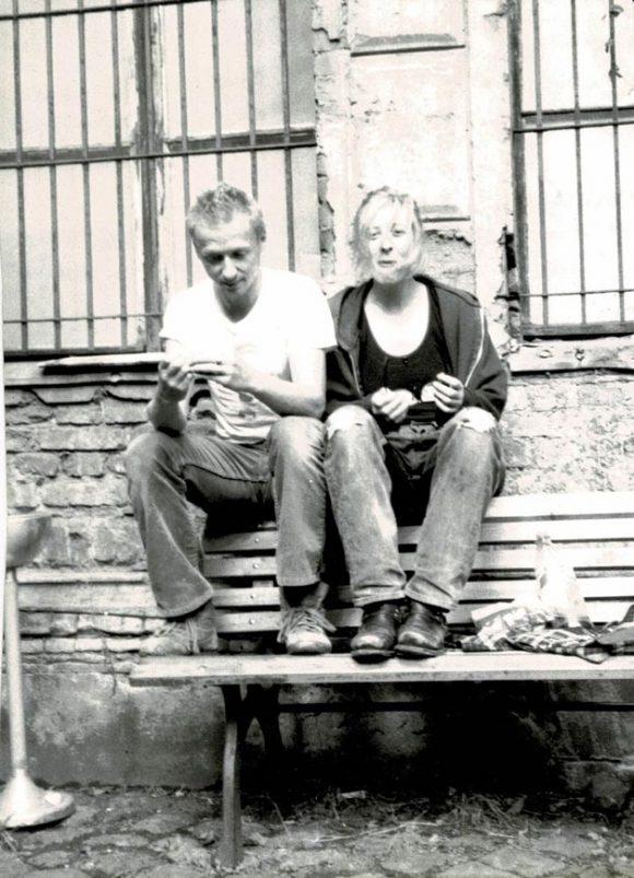 <p>Monica Bonvicini und Johannes Kahrs im Hof der Kunst-Werken Berlin, Courtesy Monica Bonvicini und VG Bild-Kunst, Bonn, Fotograf*in unbekannt</p>