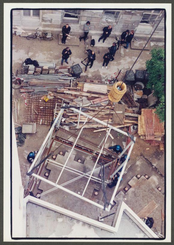 <p>Bau des Café Bravo nach Entwürfen von Dan Graham im Hof der Kunst-Werke Berlin,1998; Foto: Albrecht Grüß</p> <p></p>