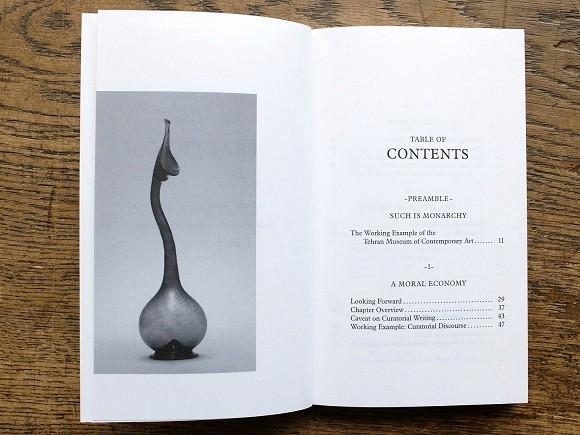 Innenansicht: Schwanenhals-Flasche (ashkdan), ca. 18.-19. Jahrhundert; Glas: 34,9 x 11,6 cm, Courtesy of the Metropolitan Museum of Art, New York. Copyright bpk/The Metropolitan Museum of Art.<br>