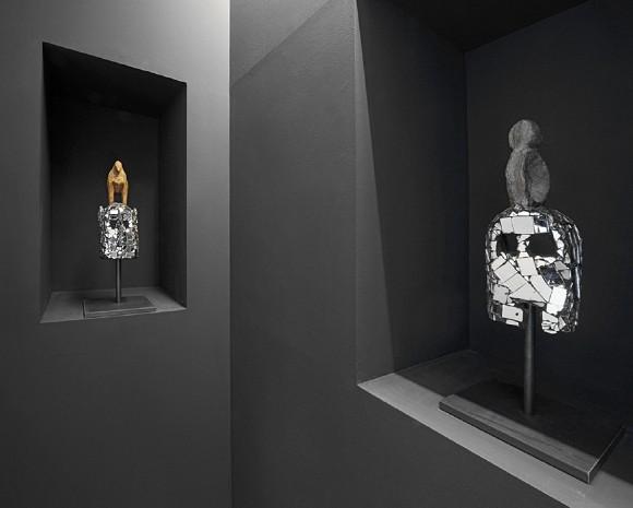 Akt 1: Kultur, MIRRORS AND MASKS (Spiegel und Masken), Detail, Holzmasken, Spiegel, Stahl, Maße variabel, Courtesy the artist, Galerie Nagel Draxler, Galleria Continua, Galerie Krinzinger, Foto: Uwe Walter<br>