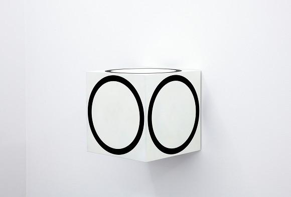 Channa Horwitz, Circles on a Cube, 1968/2011,<br>Lack auf Holz,40 x 40 x 40 cm,<br>Courtesy Nachlass Channa Horwitz und François Ghebaly Gallery, Los Angeles.<br><br>