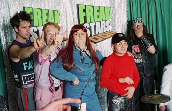Freakstars 3000, 2003, V. l. n. r.: Christoph Schlingensief, Horst Gelonneck, Kerstin Graßmann, Mario Garzaner, Achim von Paczensky, Courtesy Filmgalerie 451, Foto: Thomas Aurin