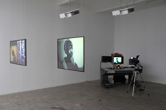 Angela Melitopoulos, Möglichkeitsraum  -  Documentation (Open Form, Work in Progress), 2013, Videoinstallation/Live-Digitalisierung mit 16-mm-Schneidetisch
