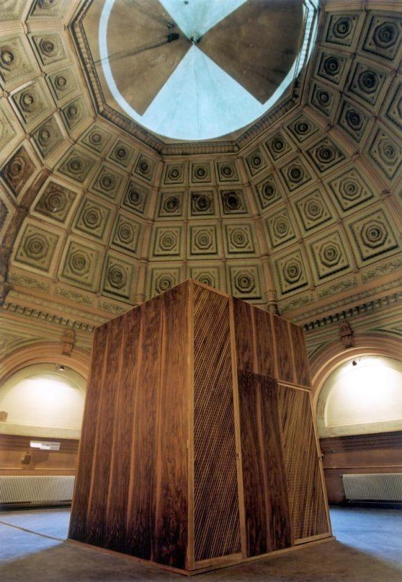 <p>Ayse Erkmen: <em>Eurora,</em> 2001; Alicia Framis: <em>Minibar (Just for Women Only)</em>, 2000/2001; Installationsansicht der 2. Berlin Biennale im Postfuhramt Berlin, 2001; Foto: Jens Liebchen</p>