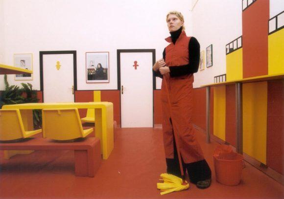 <p>Markus Muntean und Adi Rosenblum: <em>Where Else</em>, 2000, Installationsansicht der 2. Berlin Biennale im Postfuhramt Berlin; Foto: Werner Maschmann</p>