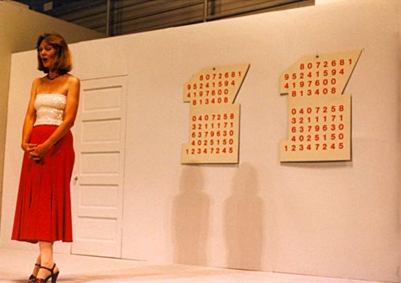 <p>Guy de Cointet, <em>Two Drawings</em>, 1974, Performance im Museum of Contemporary Art, Los Angeles, USA, 1985, Aufgeführt von Mary-Ann Duganne Glicksman © Alle Rechte vorbehalten.<br />  Courtesy Guy de Cointet Society und Air de Paris, Paris.</p>