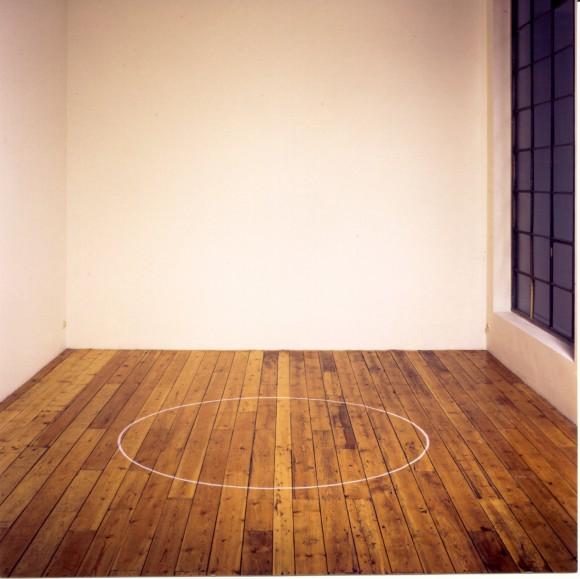 <p>Ian Wilson, <em>Circle on the floor</em>, 1968; Chalk, 183 cm Diameter;Installation view: Ian Wilson, Galerie Mot & Van den Boogaard, Brussel; Courtesy the artist and Jan Mot, Brussel.</p>